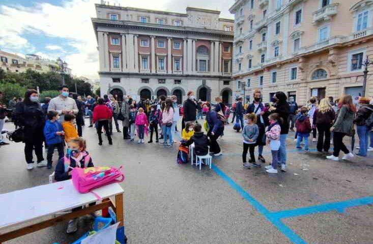 """Scuole a Salerno, genitori in piazza contro la sospensione della didattica in presenza: """"Non possiamo pagare per l'irresponsabilita di altri"""""""