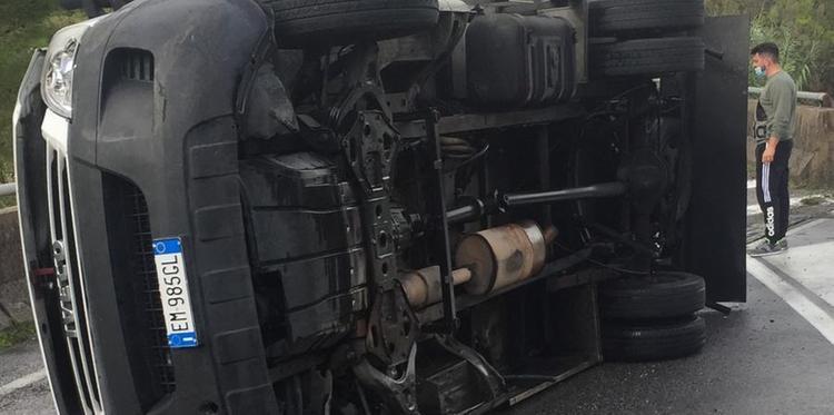 Paura sulla Cilentana: furgone si ribalta ad Omignano, ferito il conducente
