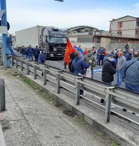 Vertenza Whirlpool, i lavoratori bloccano l'autostrada
