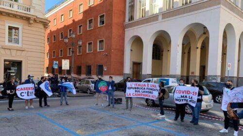 """Coprifuoco e chiusure, a Salerno stamani il flash mob dell'associazione Commercianti: bloccata via Roma, """"Il sindaco scenda dal suo ufficio"""""""