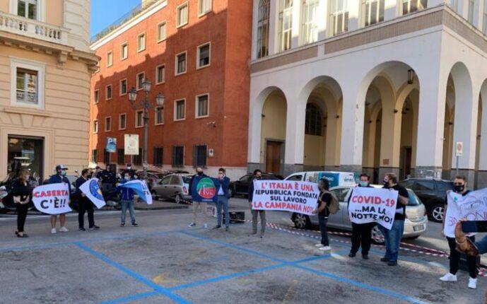 """Movida e coronavirus, flash mob davanti la prefettura a Salerno: """"Annullare la chiusura alle 23"""""""