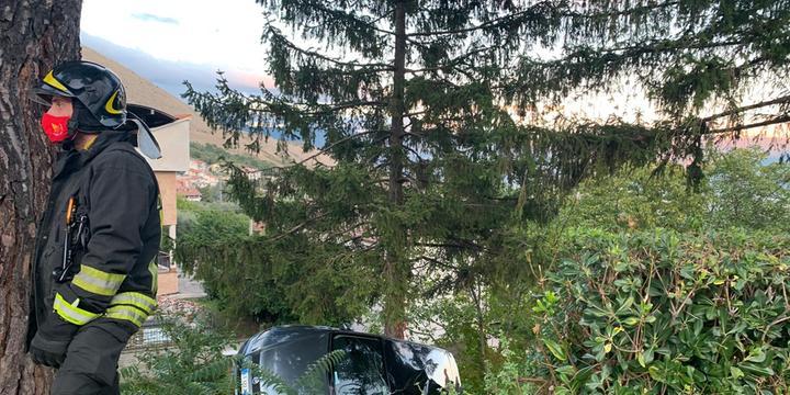 Auto finisce fuori strada a Monte San Giacomo
