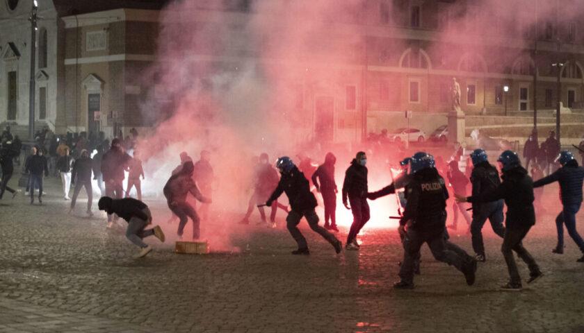 """Guerriglia a Roma nella notte contro """"la dittatura sanitaria"""", decine di denunciati e arrestati"""