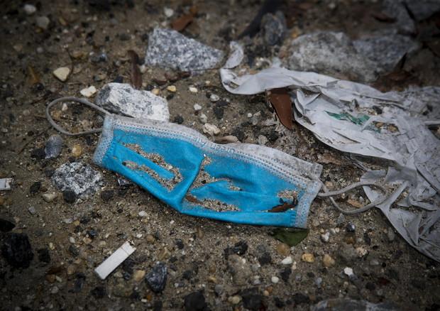 Covid: rifiuti, 300 mila tonnellate di guanti e mascherine
