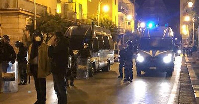 Bomba carta sotto casa di De Luca a Salerno, 4 indagati accusati di devastazione, saccheggio e resistenza
