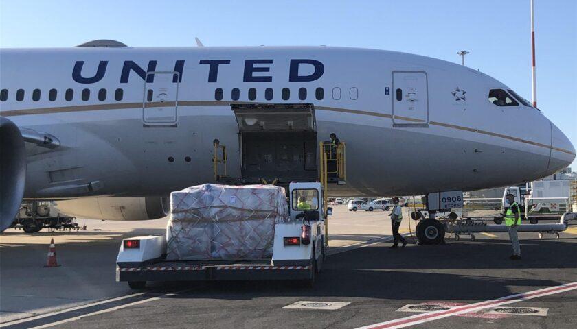 Vaccino anti covid Pfizer, partita la distribuzione per l'Europa: aerei Usa atterrati a Bruxelles con il medicinale