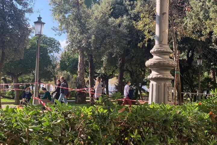 Lungomare Trieste chiuso ma molta gente a passeggio