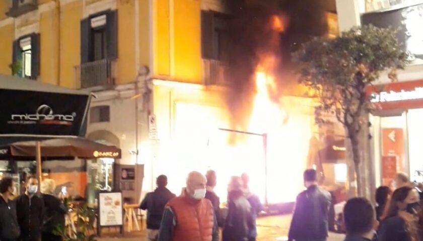 Fiamme davanti al ristorante giapponese sul corso di Salerno, polizia e vigili del fuoco a lavoro