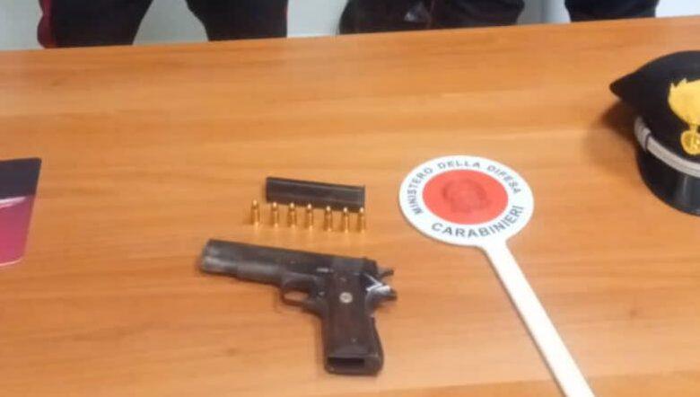 Pistola clandestina addosso, vede i carabinieri e fugge in tangenziale: arrestato un 21enne salernitano