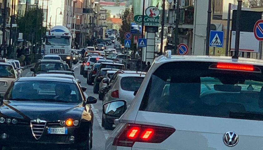 Zona rossa, traffico e cittadini in strada a Salerno e Pontecagnano già da questa mattina