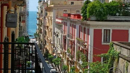 Paura nel pomeriggio in via Velia a Salerno, esplode bombola del gas