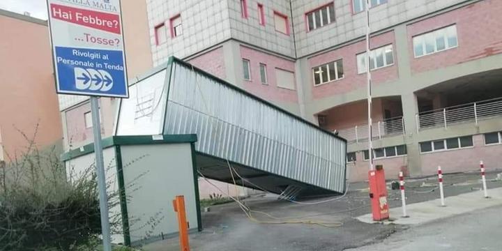 Il vento capovolge e danneggia container del percorso covid