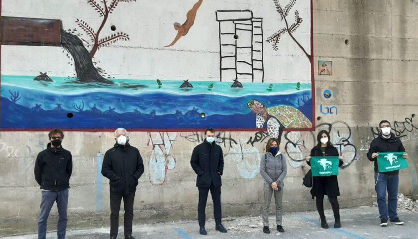 Ambiente, il monito contro l'inquinamento in un murales dell'artista salernitano Stefano Santoro