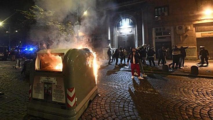 Guerriglia contro la Regione a Napoli, sequestro e ultras indagati