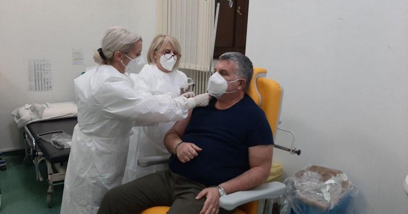Al Curto di Polla il primo vaccinato è stato il direttore sanitario Mandia