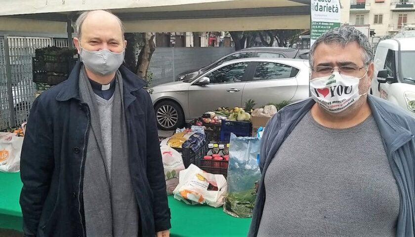 Il Mercato della Solidarietà: la generosità degli operatori ambulanti e dei salernitani riempie quattro furgoni Caritas.