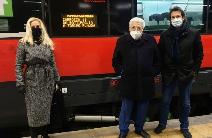 Questa mattina la prima fermata del treno Frecciarossa nella stazione di Battipaglia, esultano i 5 Stelle
