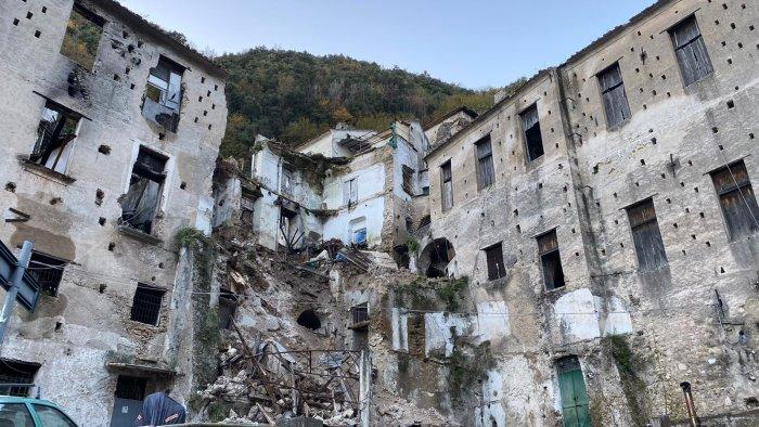 Paura nel pomeriggio a Minori: crolla parte di un edificio dismesso