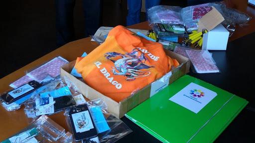 Agenti della polizia donano giocattoli ai bambini del Ruggi