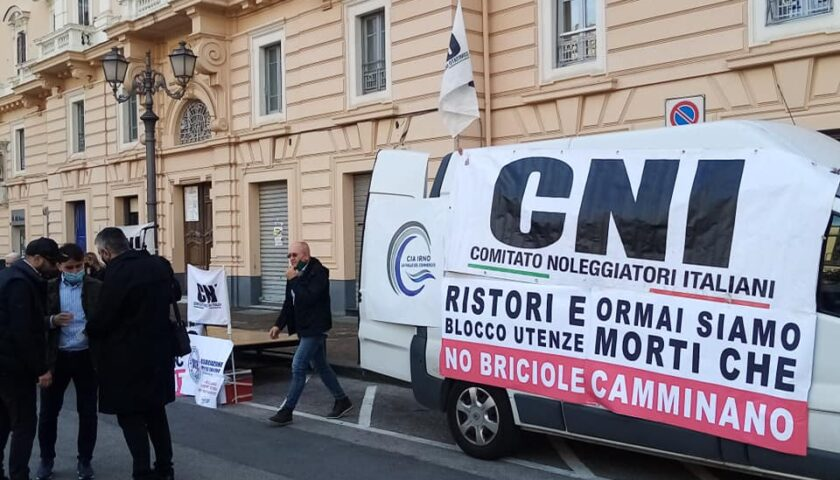 """""""No a briciole"""", la protesta di ristoratori e operatori del turismo in piazza Amendola a Salerno"""