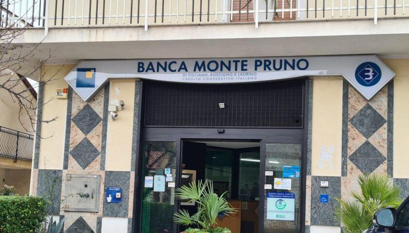 Banditi armati assaltano la filiale della Banca di Monte Pruno a Teggiano, prendono i soldi e scappano