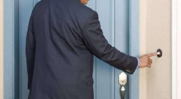 Venditore porta a porta nel palazzo ad Eboli senza mascherina, cacciato dai condomini