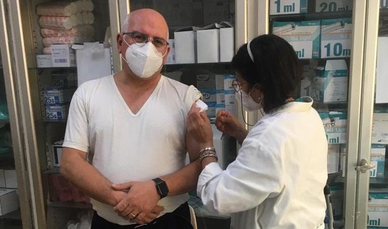 Covid, vaccinato in pubblico il professore Paolo Ascierto