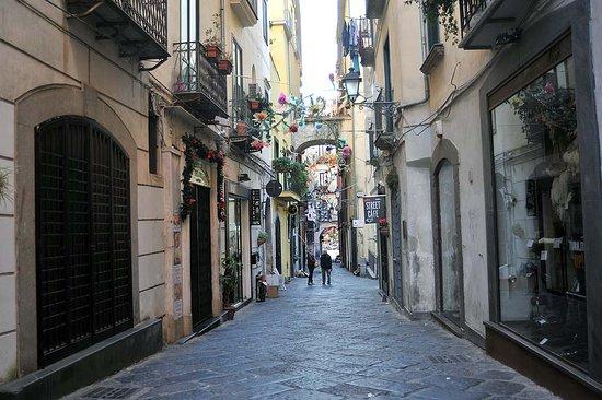 Choc nel Centro Storico di Salerno, senza tetto muore davanti a un negozio in via Da Procida