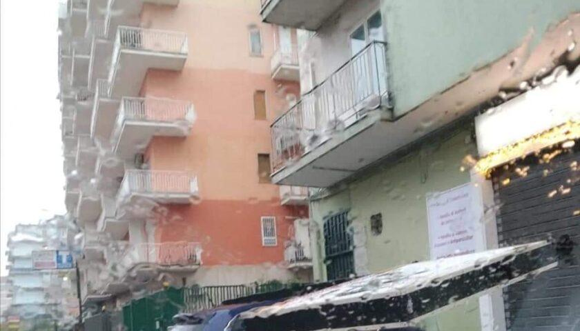 Maltempo nell'Agro, a Nocera vola l'asfalto dai prefabbricati di Montevescovado con acqua infiltrata nelle case. A Pagani auto travolta da insegna di un negozio. Tanti danni