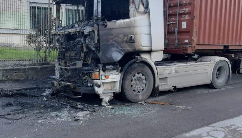 Paura a Nocera Inferiore, in fiamme cabina di un camion