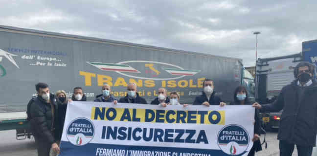 Flash mob di Fratelli d'Italia a Salerno contro il Decreto sicurezza