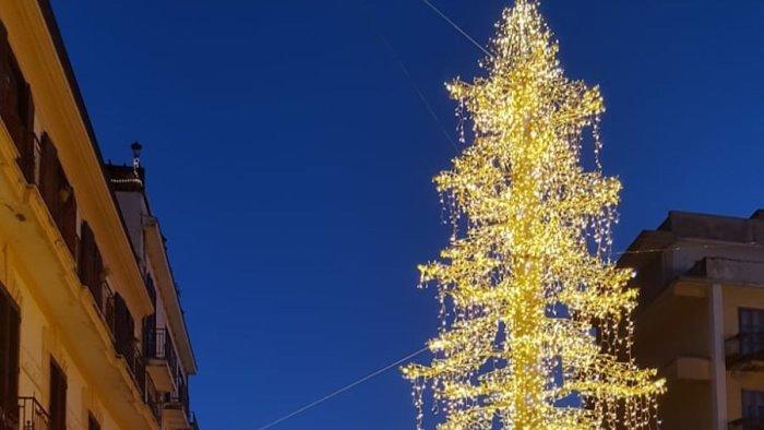 Cava de' Tirreni, piace la nuova versione dell'albero in piazza Duomo