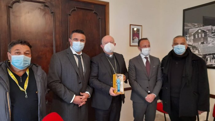 Coldiretti e Confartigianato omaggiano il vescovo di Salerno con una statuina raffigurante un'infermiera