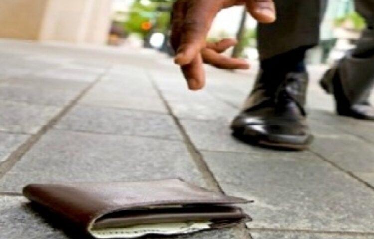 Sarno, magrebino trova portafogli con 500 euro e lo restituisce alla proprietaria