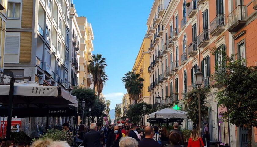 Gente in strada a Salerno nonostante i divieti, è polemica. Celano e Santoro critici contro l'Amministrazione