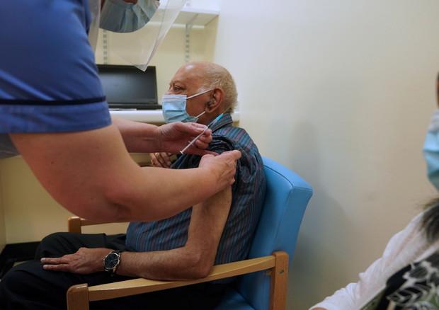 Covid, nel Regno Unito test su un farmaco per l'immunità immediata