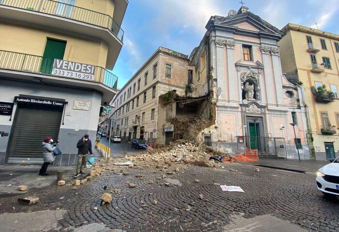 Napoli, crollo parziale di una chiesa in centro
