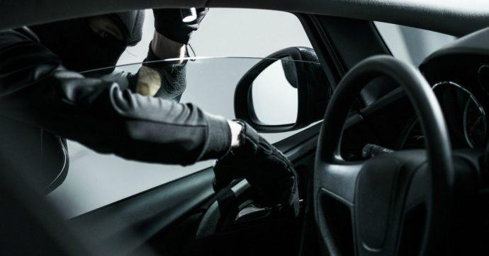 Ruba auto, tradito dal braccialetto elettronico: 3 anni di condanna per un angrese