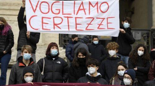 """Scuola. Napoli, protesta davanti alla Regione: """"Paura che non sia sicura"""""""