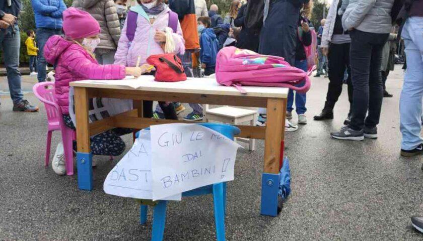 Scuola in presenza, a Salerno genitori protestano davanti alle scuole contro la Regione