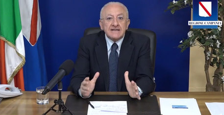 """De Luca sui vaccini: """"Fornitura dimezzata, è inaccettabile"""""""