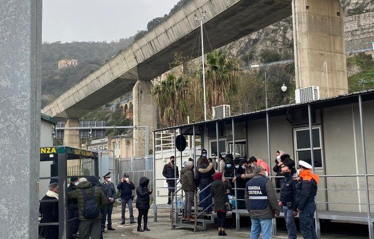 Nascosti in un container, scoperti 26 clandestini al porto di Salerno