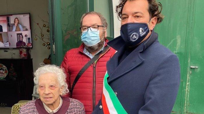 Vietri sul Mare, il sindaco festeggia i 100 anni di Emma Matonti