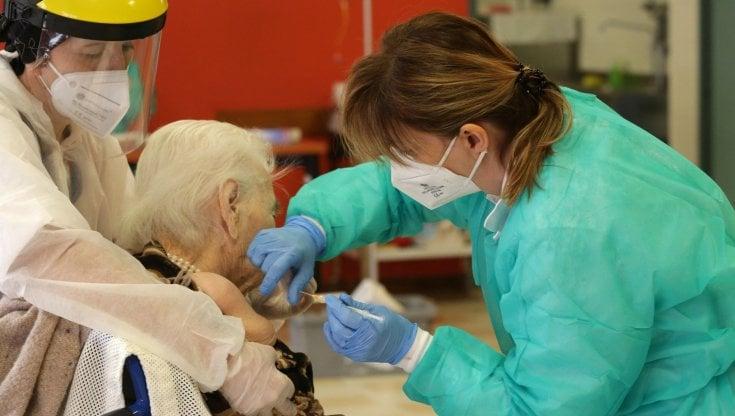 Vaccini covid a domicilio per over 80 in Campania, come fare