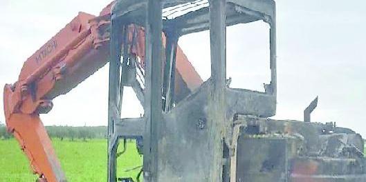 Giallo sull'incendio dell'escavatore dell'imprenditore/assessore di Capaccio Paestum