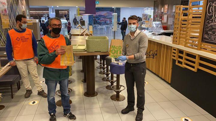 Salerno e Potenza, McDonald's e Fondazione per l'Infanzia Ronald McDonald in campo per la solidarietà: 400 pasti a settimana