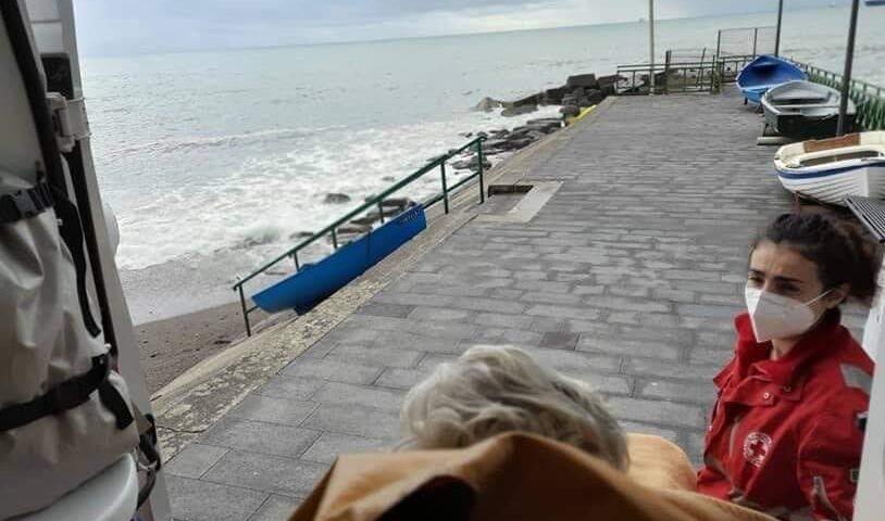 """Cava de' Tirreni, anziana dimessa dall'ospedale: """"Voglio vedere il mare"""". I volontari l'accontentano"""