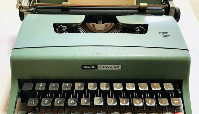 """La moglie di Gianni Mura dona la macchina da scrivere del marito al museo """"Andrea Fortunato"""""""