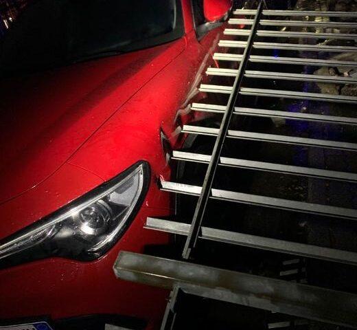 """Recinzione crollata su un'auto in viale della Gloria, allarme di Scafati Arancione: """"La città cade a pezzi e la manutenzione delle strade è inesistente"""""""