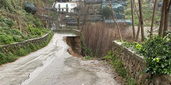 Ancora frana in Costiera Amalfitana: crolla una strada